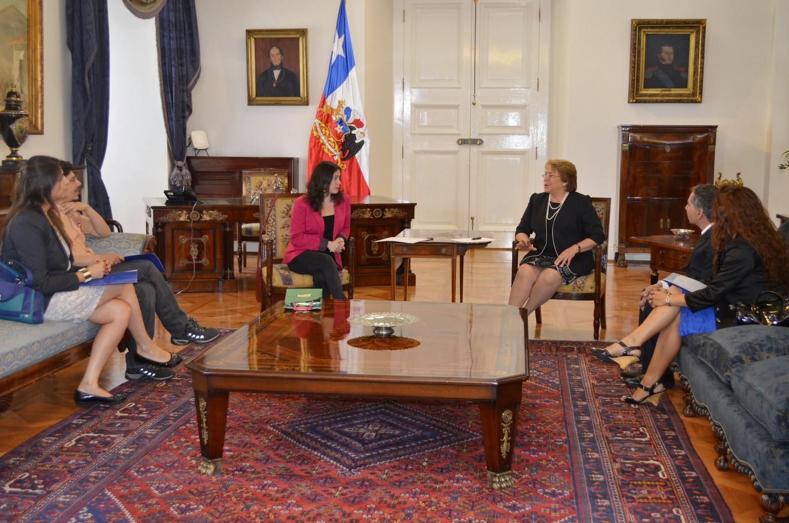 Bachelet coincide con Colegio de Periodistas en urgencia del debate sobre medios de comunicación