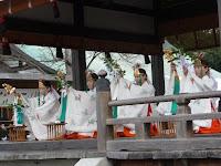 拝殿には4人の巫女や雅楽よる舞の奉納「祓神楽」が行われた。