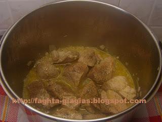 Τα φαγητά της γιαγιάς - Χοιρινό μπούτι λεμονάτο με αρωματικά άγρια χόρτα (ψιλικά)