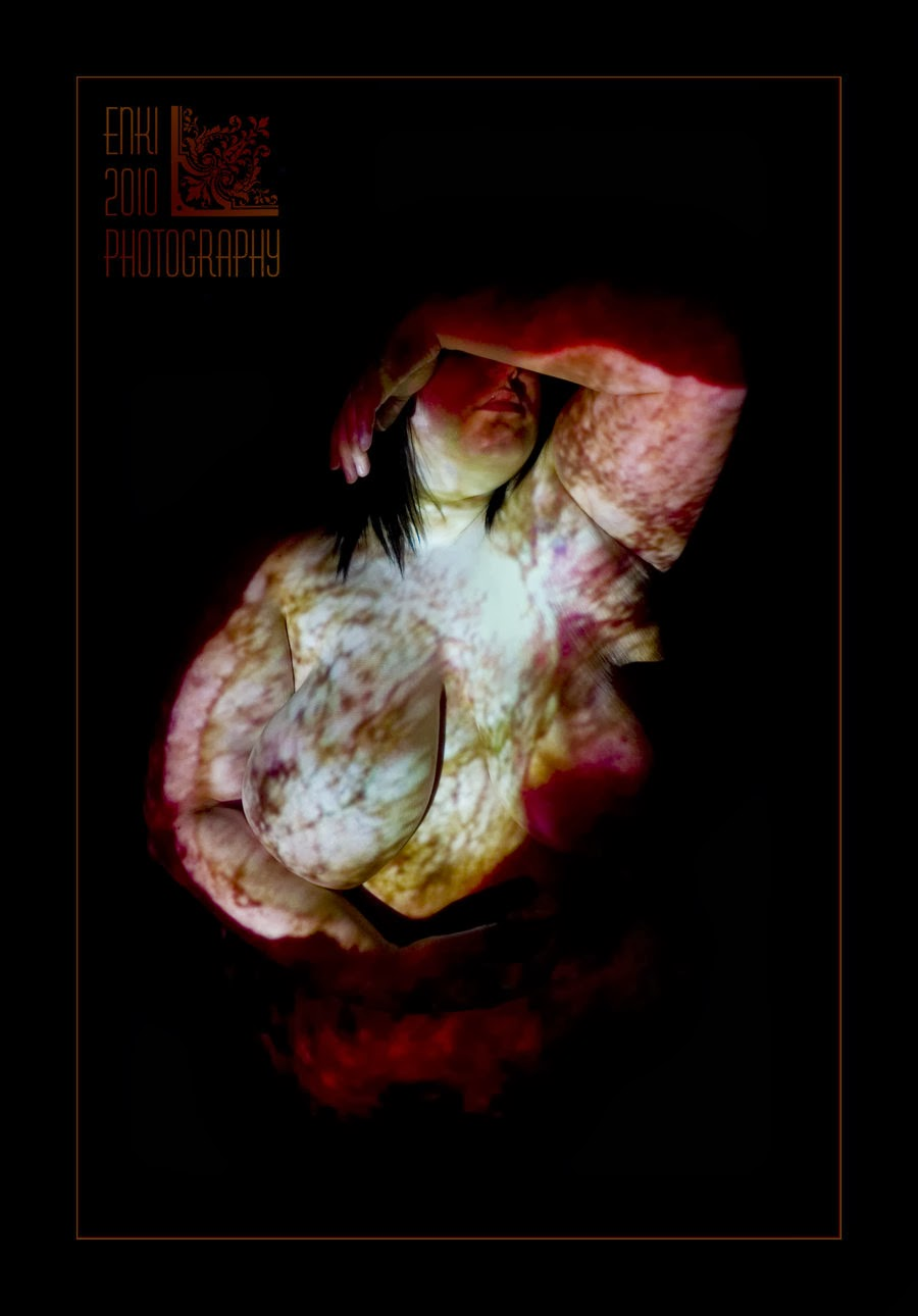 BBW nue eclairé par une diapositive, habillée de lumière