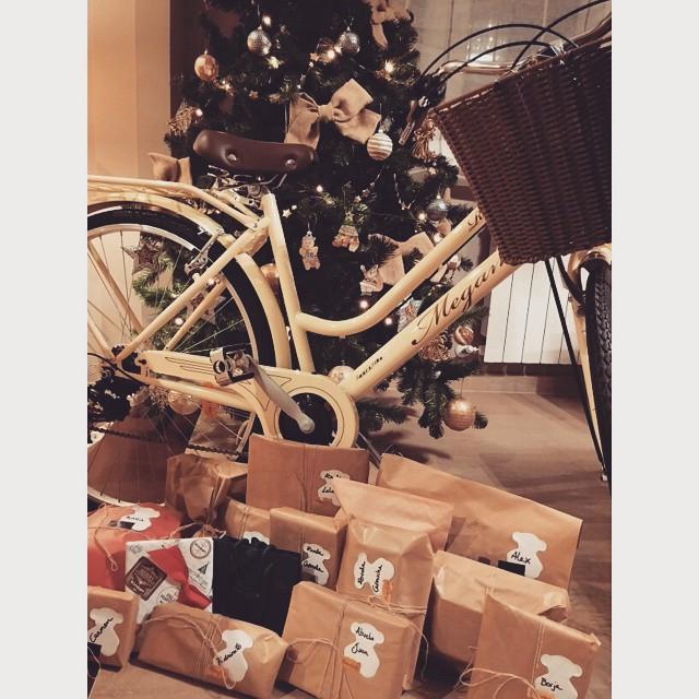 regalos de reyes debajo del árbol de navidad