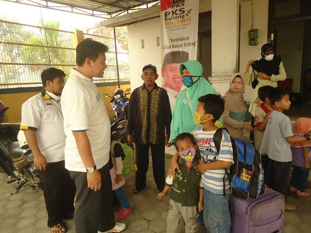 Lagi, PKS Kalteng Evakuasi 11 Balita dan 6 Lansia Korban Asap