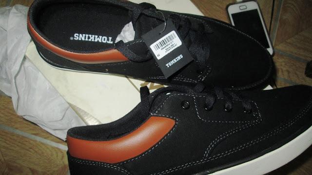 Hadiah sepatu Tomkins dari teman