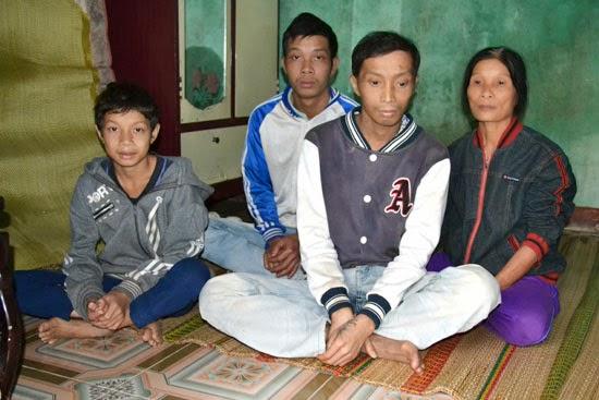 Người mẹ nghèo nuôi ba con bệnh tật
