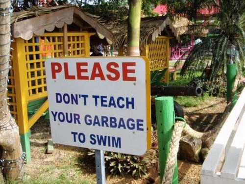 Smešni natpis na plaži: Ne učite đubre da pliva
