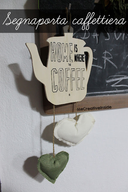 Segnaporta caffettiera in legno con frase Home is where the coffee is ME creativeinside