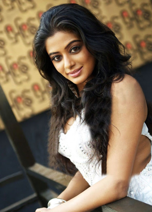 Tamil Actress Priyamani showing her legs in white short skirtlatest photos
