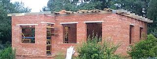 Коробка кирпичного дома стройка фото