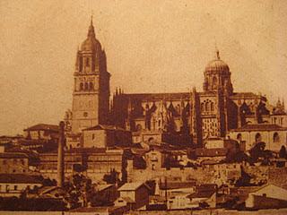 La catedral de Salamanca vista desde el río Tormes