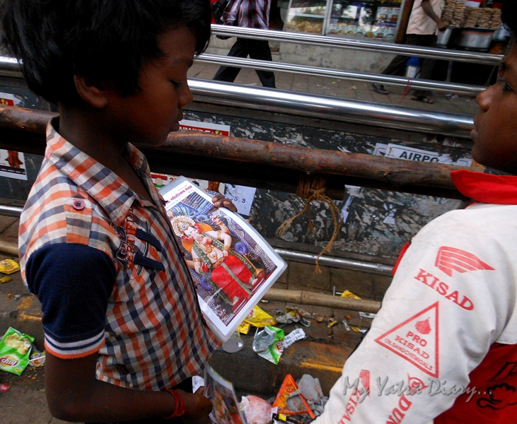 Small kids sell pictures, Lalbaugcha raja Pandal, Ganesh Pandal Hopping, Mumbai