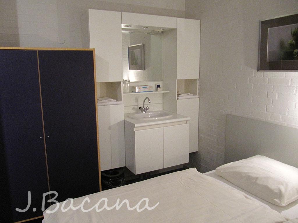 mas a pia no quarto (o banheiro era bem pequeno e friiiio) deixa um  #8A6E41 1024 768