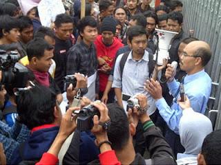 Wakil Rektor III ITN I Wayan Mundra temui aksi mahasiswa, Senin (foto Kompas)