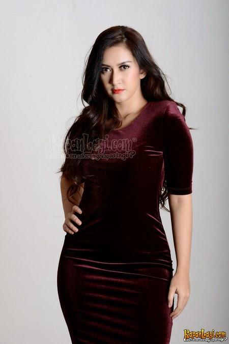 Foto Cantik Nafa Urbach dengan Gaun Merah Marun