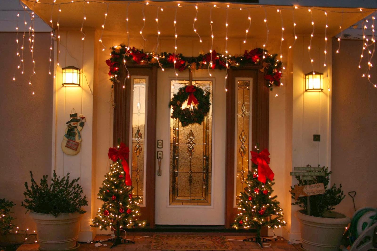 Puerta decorada con ramas verdes y bolas navideñas azules y plateadas ...