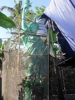 scaff folding bambu pada pembuatan patung liberty
