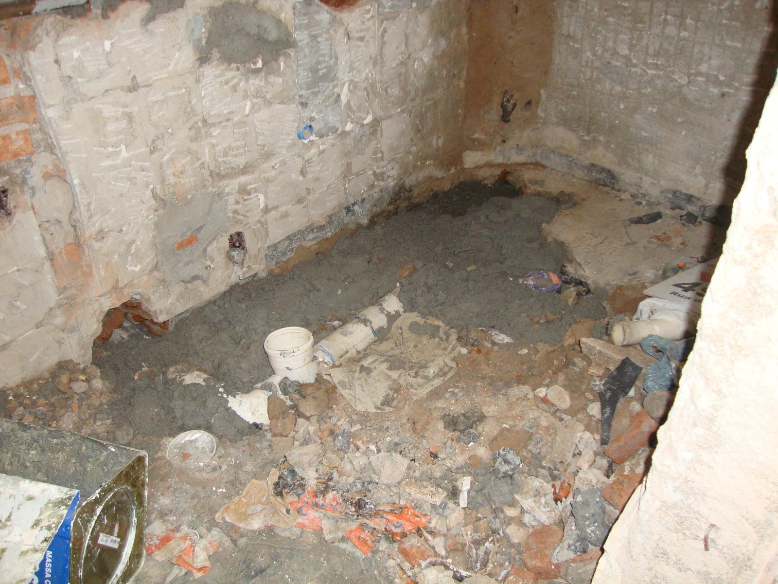 Banheiro com a hidraulica nova sendo fechado ja #245CA7 1600 1200