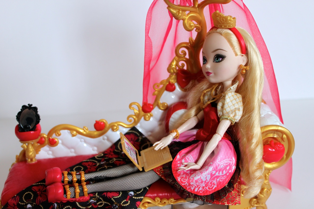 Ever After High Toy Box : Apple white s fainting couch for ever after high a guest
