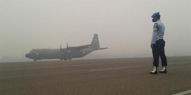 Pesawat Hercules TNI Angkatan Udara yang mengangkut Mobil Kepresidenan dan Pasukan Pengamanan Presiden tetap mendarat di Jambi, Sabtu (26/9/2015).