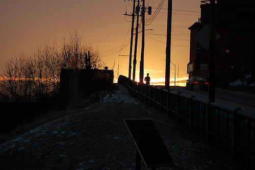 日の出をバックに走る