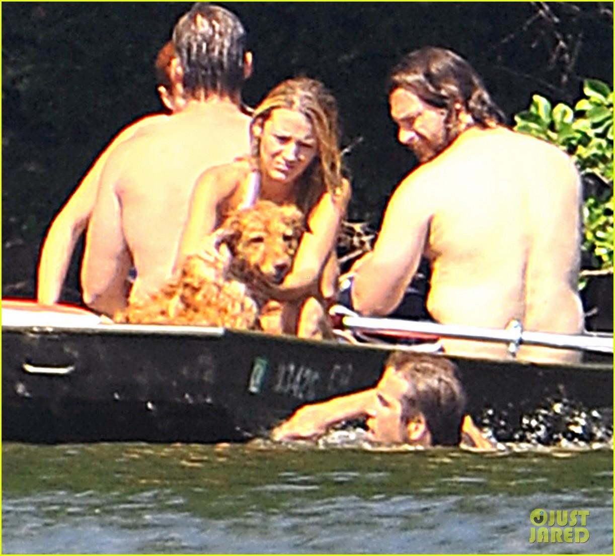 http://1.bp.blogspot.com/-mReqoWGK7Yc/T_r5hsq5MaI/AAAAAAAAAOQ/pb-PX0cTGBE/s1600/blake-lively-ryan-reynolds-fourth-of-july-boat-01.JPG