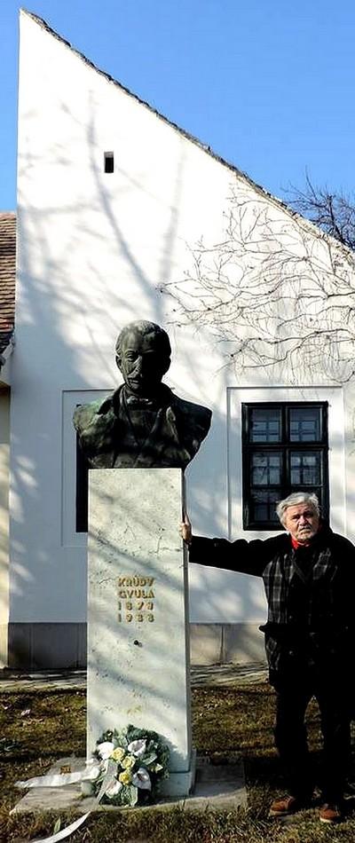 Krúdy Gyula szobra a Kéhli venéglőnél