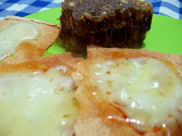 pane carasau con formaggio e miele