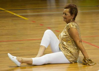 Adulto mayor haciendo gimnasia.