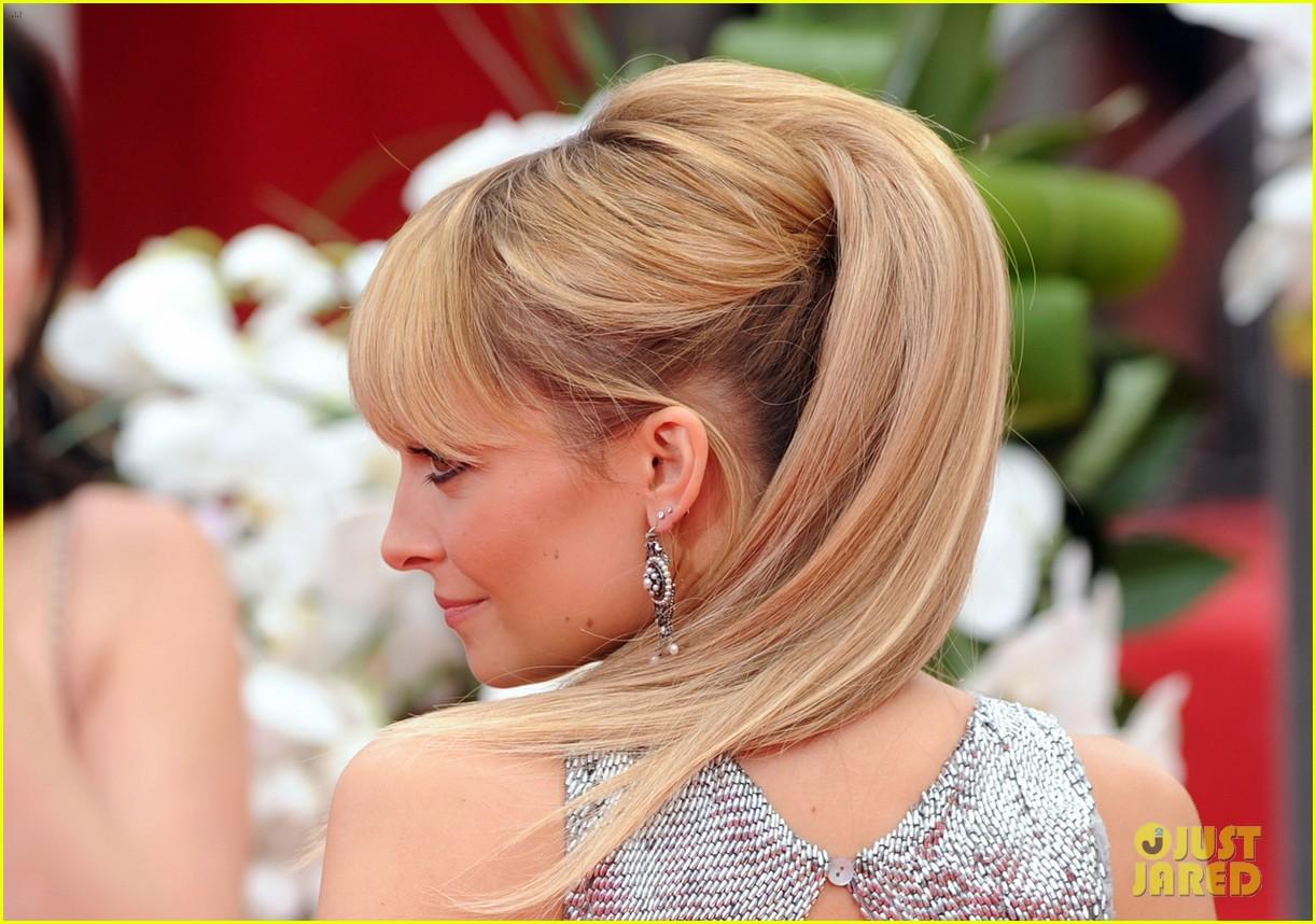 Прическа для блондинок с хвостом