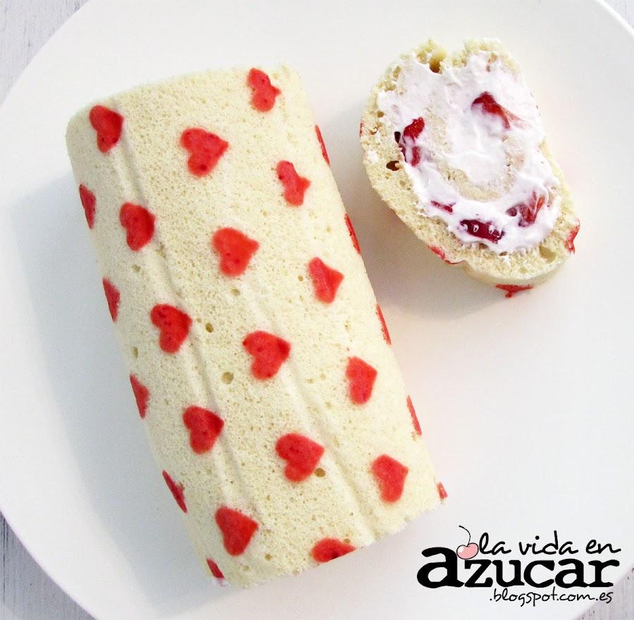 Preparamos un roll cake amoroso relleno de nata montada con pedacitos de fresa. ¡Maravilloso!