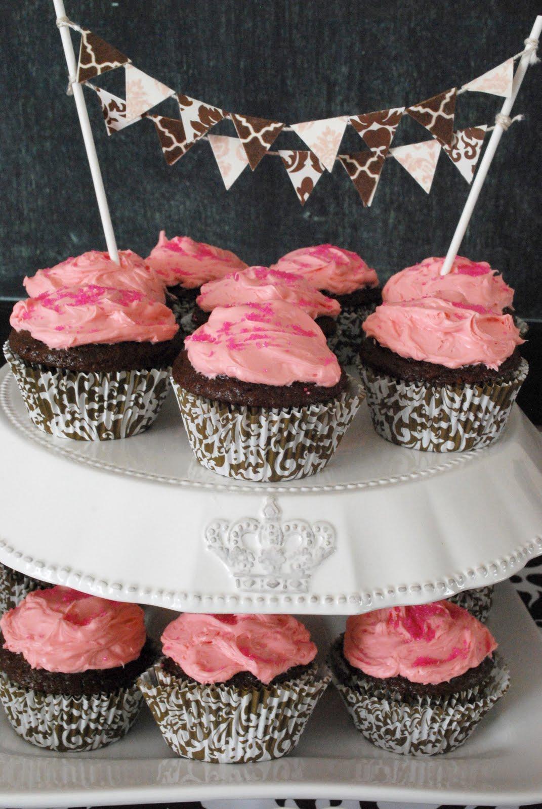 http://1.bp.blogspot.com/-mSRwPoimmh0/TXSIOuaEJII/AAAAAAAAHzY/iZpgvsKdkRs/s1600/cupcakesandpennants.jpg