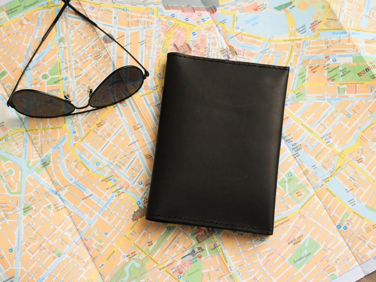 В кожаную папку вмещается паспорт, карты и деньги