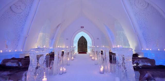 Hotel de Glace - capilla de hielo con luces