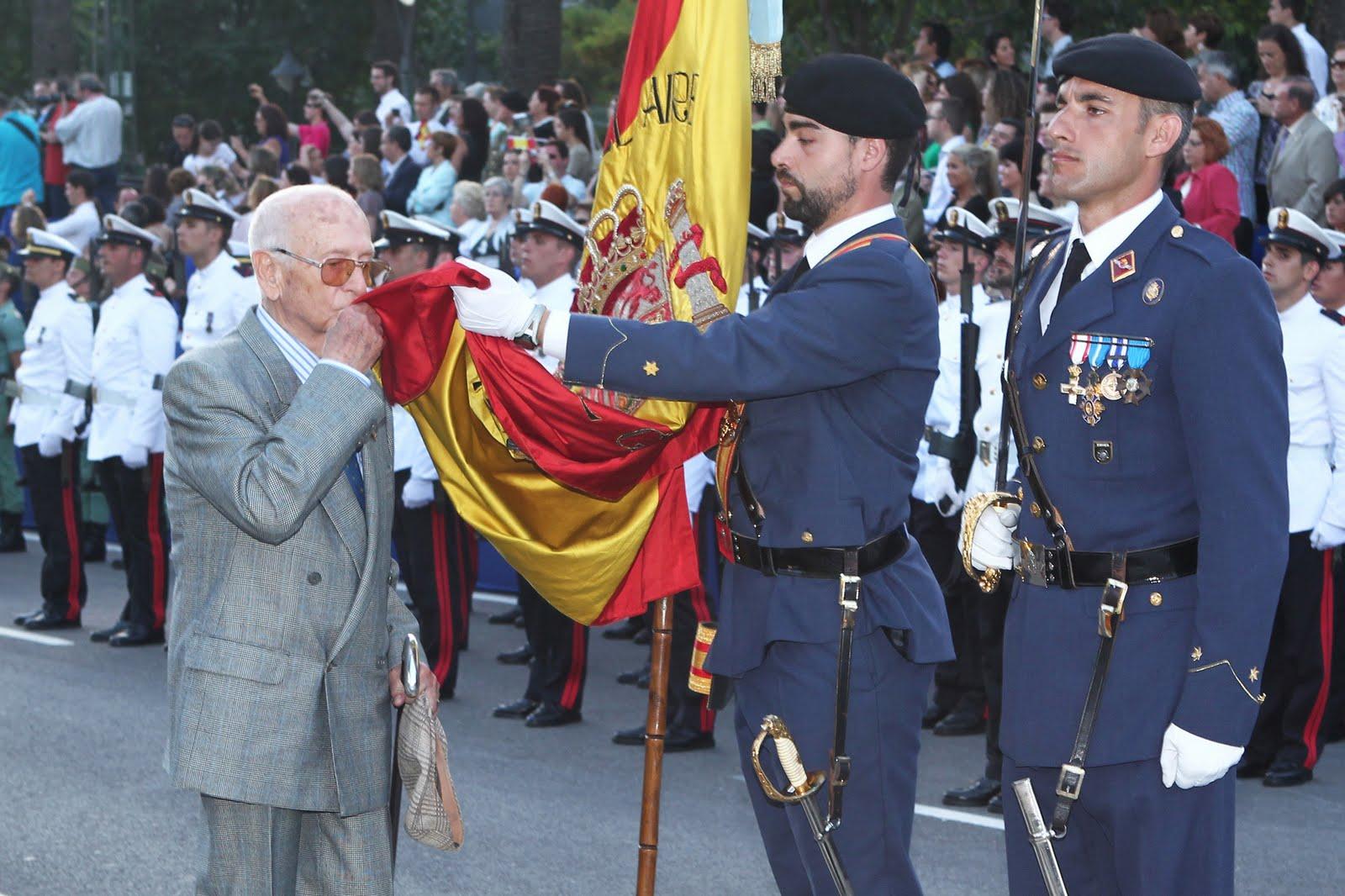 http://1.bp.blogspot.com/-mTF1LpRT5Ro/TePiQm0odiI/AAAAAAAABdw/o-5YYQR6pLM/s1600/DGC_110528_Chacon_Jura_Bandera_Malaga_05_G.jpg