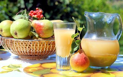 Jugo de peras frescas que son frutas del huerto