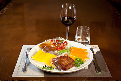 Pratos sofisticados, com molhos, carnes e vegetais embalados separadamente