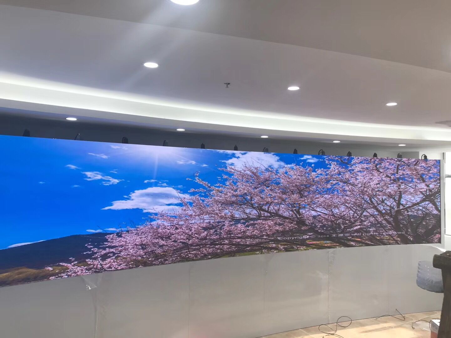 Curve fine pitch LED display video wall,indoor fixed LED screen,rental LED panel display