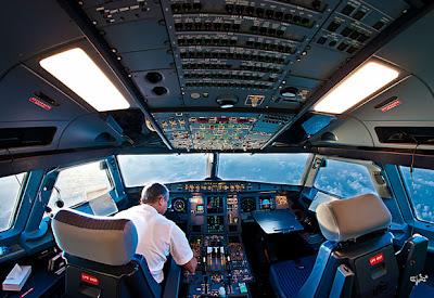 pilotro dentro de la cabina de un avión airbus
