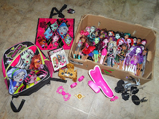 MONSTER HIGH LOT 28 DOLLS , MUSIC VANITY AND BATH TUB ADDED BOOKBAG,BOOK & BAG