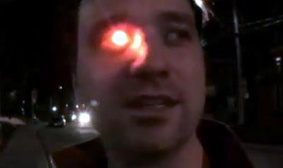カメラの義眼を持つ男