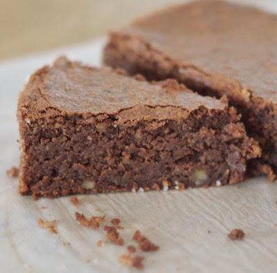 http://www.caramelbonbonsetchocolat.fr/g%C3%A2teau-fondant-au-chocolat-noix-%26-noisettes