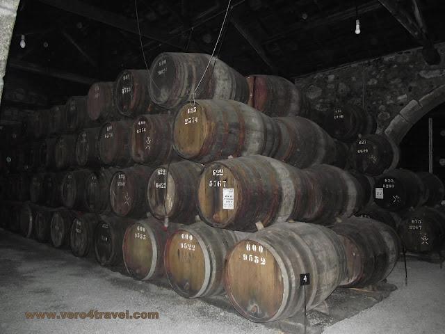 Toneles de vino en las bodegas de Oporto