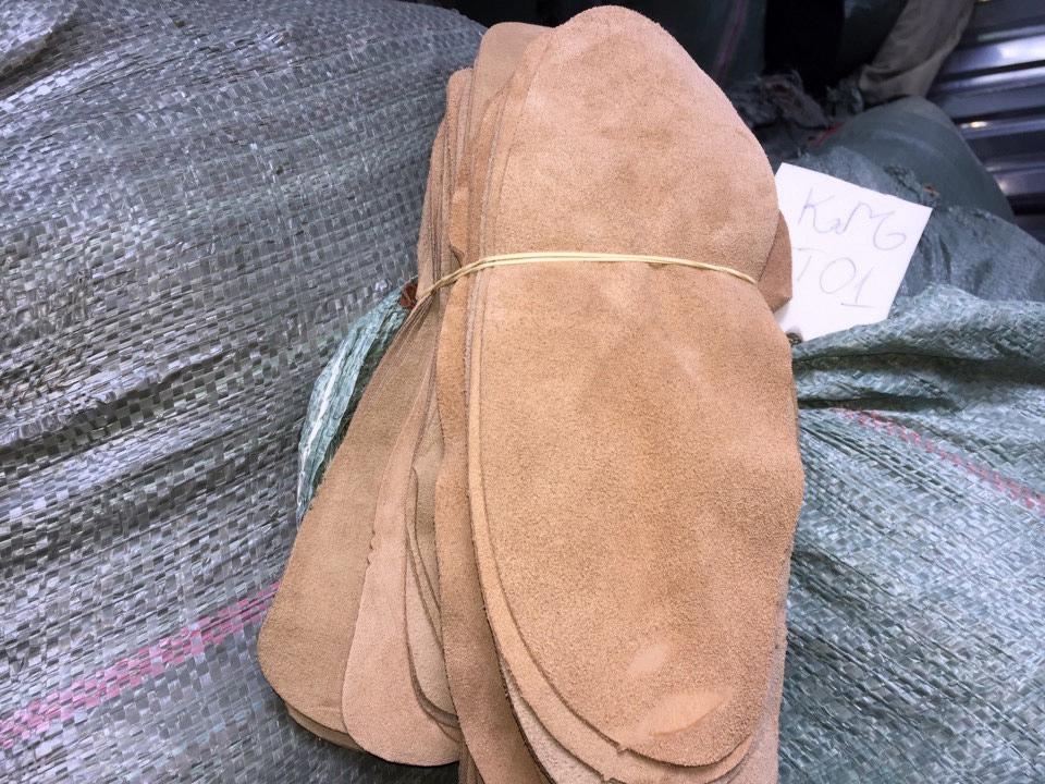 Những tấm da bò vụn này được cắt sẵn cho kích thước size lớn nhất của dày bata.