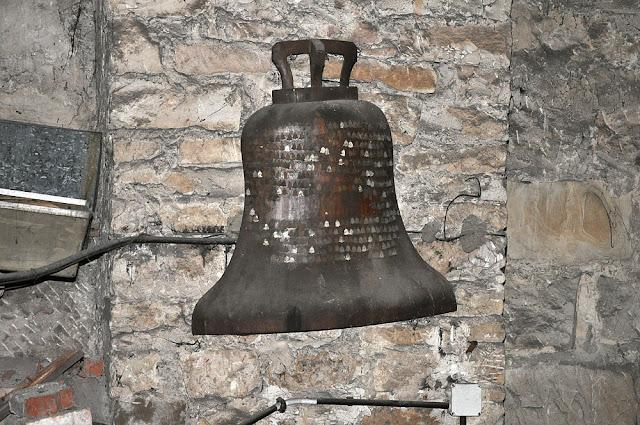 Na strychu kolegiaty św. Mikołaja wiszą dwie drewniane plakiety w kształcie dzwonów z wbitymi gwoździami (w kształcie dzwonów) z nazwiskami darczyńców - niemi świadkowie poświęcenia dzwonów. Tych gwoździ wiele ubyło i nie będę zastanawiał się co było tego powodem... Może warto plakiety odkurzyć i pokazać w kościele?