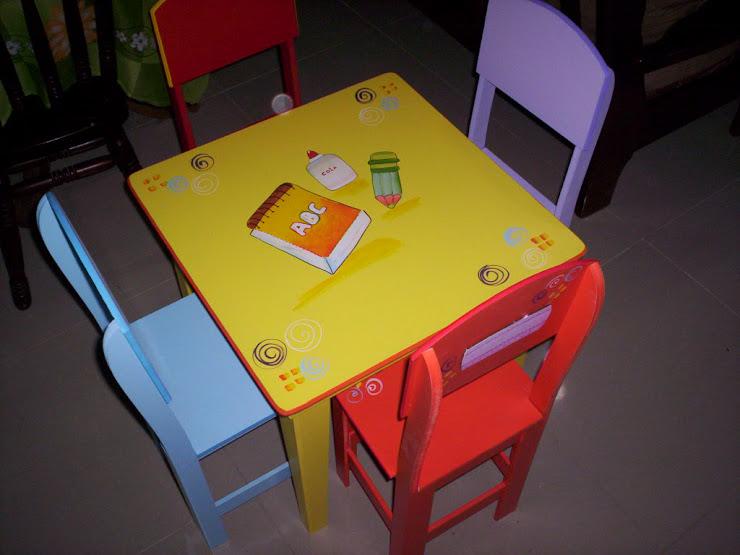 mesinha com 4 cadeiras coloridas R$ 230,00