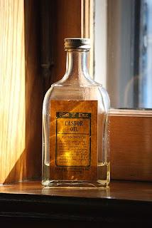 Butelka oleju rycynowego używana w OCM. A bottle of castor oil used in OCM.