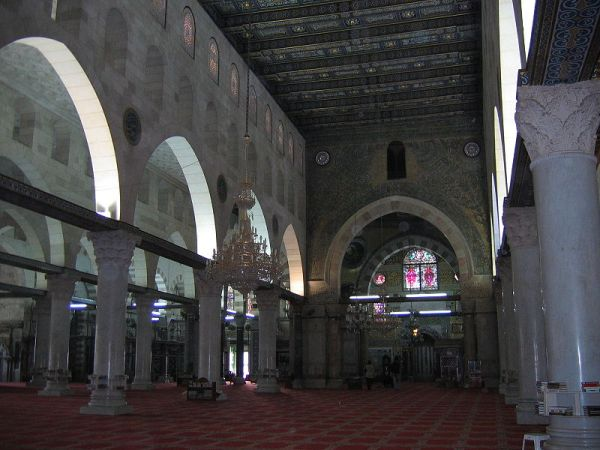 Interior masjid yang menunjukkan lorong utama dengan tiang-tiang melengkung.