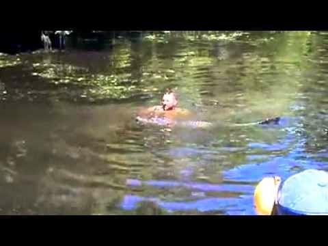 Tromero-tharraleos-peftei-se-limni-gemato-krokodeilous