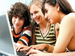 (CNN) — La gente sigue acudiendo en masa a sitios como Facebook y Twitter, y son las mujeres jóvenes las que están liderando el camino. El porcentaje de usuarios de internet que está en sitios de redes sociales se ha duplicado en los últimos tres años en Estados Unidos, desde alrededor del 29% en 2008 al 65% este año, según una encuesta publicada por el Pew Internet & American Life Project del Pew Research Center. El informe de Pew Research Center de este año también marca la primera vez en que más del 50% de los adultos encuestados (usuarios y