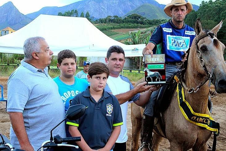 Prefeito Arlei, acompanhado do Sec. de Administração, José Carlos Cunha, e dos filhos, entrega troféu para vencedor da categoria Poeirão