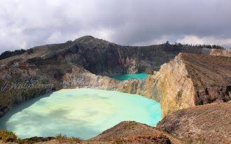 Индоне́зия (индон. Indonesia), официальное название — Респу́блика Индоне́зия (индон. Republik Indonesia) — государство в Юго-Восточной Азии. Население, по итогам переписи 2010 года, составляет более 237,5 миллионов человек (по оценочным данным на июль 2011 года — более 245,6 миллионов человек), территория — 1 919 440 км², по обоим этим показателям является крупнейшей страной региона. Занимает четвёртое место в мире по численности населения и четырнадцатое по территории.